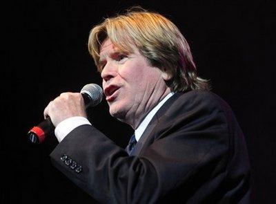 Peter Noone singing 01